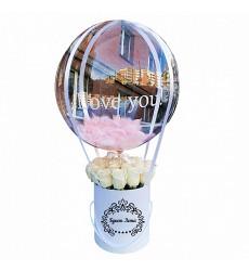 Букет из 21 элитная розы в малой шляпной коробке с шаром «Небесное отражение»