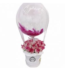 Букет  из 25 розовых элитных роз в средней шляпной коробке с шаром «Розовый восторг»