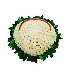 Траурная корзина №51 из живых цветов «250 белых роз Эквадор»