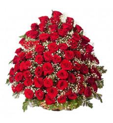 Траурная корзина №1 из живых цветов «100 красных роз, гипсофилы.»