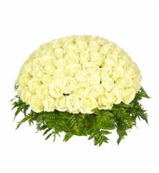Траурная корзина №13 из живых цветов «100 белых роз, папоротник»
