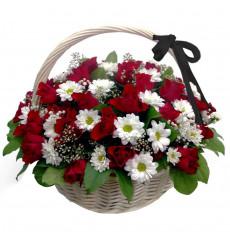 Траурная корзина №43 из живых цветов «30 красных роз, хризантемы, гипсофила.»