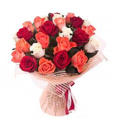 Букет из 15 коралловых, белых и красных роз «Каприз»