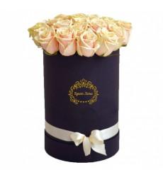 Цветы в коробке с15 кремовыми розами «Изысканный жест»