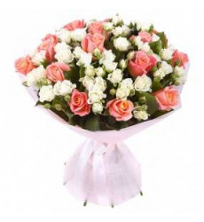 Букет  из 15 персиковых кенийских роз и белых кустовых роз «Натали»