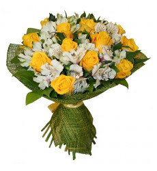 Букет из 15 желтых роз с альстромерией и зеленью «Марджери»