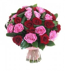 Букет из 25 красных и розовых роз  «Птица счастья»