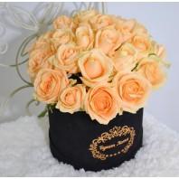 Цветы в коробке с 25 кремовыми розами «Дар нимфы»