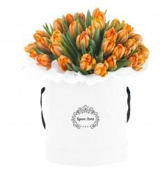 Цветы в шляпной коробке с 31 тюльпаном «Летний дождь»