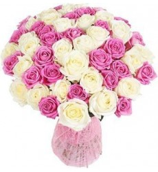 Букет из 51 белой розы Аваланж и розовой розы Аква  «Свидание на Санторини»