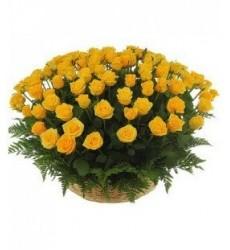 Корзина цветов с 15 жёлтыми розами «Магия чувств»