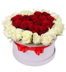 Композиция  из красных и белых роз в коробочке в форме сердечка  «Только ты и я »