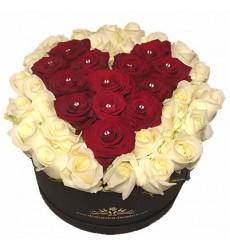 Цветы в коробке  с 51 розой «Пурпурное сердце»