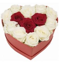 Цветы в коробке  с 13 розами «Пылкая любовь»