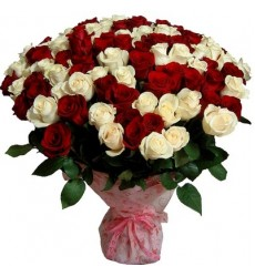 Букет из 101 белой и красной роз «Тесная связь»