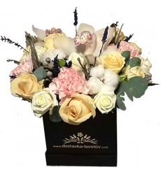 Цветы в коробке  с орхидеями, гвоздиками и и лавандой «Долина сказок»