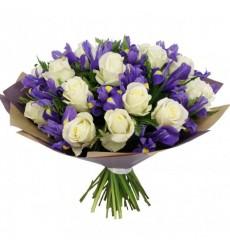 Букет из 15 белых роз Аваланж и 18 ирисов «Сицилийская весна»