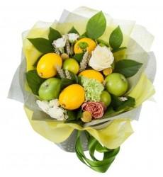 Букет из роз, хризантем, гвоздик, лимонов, лаймов и яблок «Ароматный лимонад»