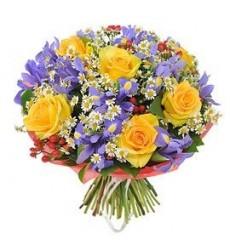 Букет из 7 жёлтых роз, 19 ирисов и 5 ромашек «Обыкновенное чудо»