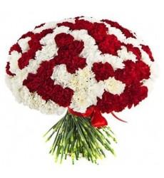 Букет из 101 красной и белой гвоздик «Объятия царицы»
