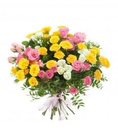 Букет  из 15 белых, жёлтых и розовых кустовых роз «Безнадёжный мечтатель»