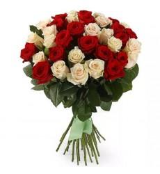 Букет  из 45 красных и белых роз «Контрасты любви»