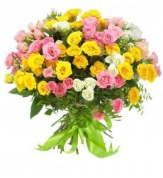 Букет  из 25 белых, жёлтых и розовых кустовых роз «Долорес»