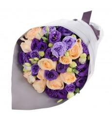 Букет из 11 кремовых роз и 8 лизиантусов «Цветочный блюз»