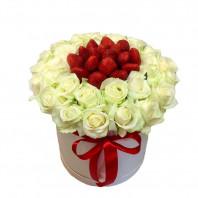 Подарочная коробка с 25 белыми розами и клубникой «Каприз царицы»
