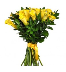 Букет из 29 жёлтых калл и 16 рускусов «Фонтан любви»