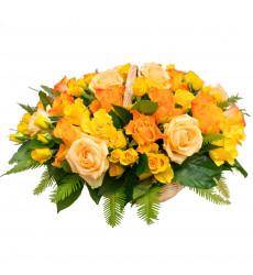 Букет-микс из голландских и кустовых роз ярко-оранжевого цвета, украшенный зеленью салала и убреллы в корзине  «Лучики счастья »