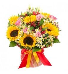 Букет из 7 подсолнухов, 9 роз Аква и 5 ромашек  «Райская красота»