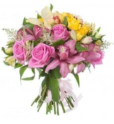 Букет из 10 альстромерий, 7 роз, 6 орхидей и зелени «Мечтательная натура»