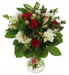 Букет из 5 фрезий, 3 альстромерий и 5 роз Гран При  «Дамский будуар»