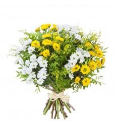 Букет из 7 белых и жёлтых хризантем Сантини «Царицын сад»