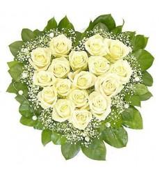 Цветочная композиция из 15 белых роз и зелени «Сердце в облаках»