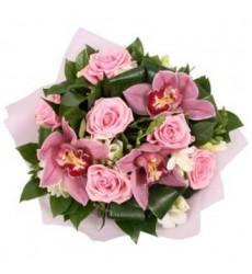 Букет из 6 роз, 3 орхидей, 9 фрезий и зелени «Синьорина»