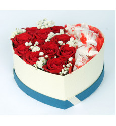 Букет из красных роз с Raffaello в коробочке в форме сердечка «С любовью »