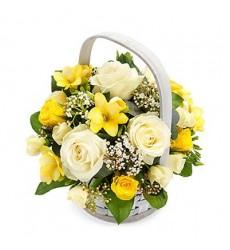 Корзина цветов с 6 фрезиями, 4 одноголовыми и 3 кустовыми розами «Весенние лоскуты»
