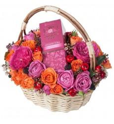 Подарочная корзина с 11 розами и розовой водой  «Дамский угодник»