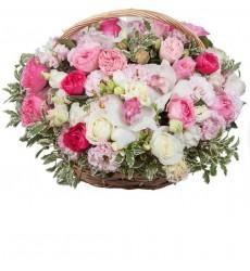 Корзина цветов с розами, орхидеями, эустомами и зеленью «Конфетно-букетный период»