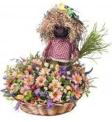 Корзина цветов с весенними цветами и домовёнком Кузей «Утро в деревне»