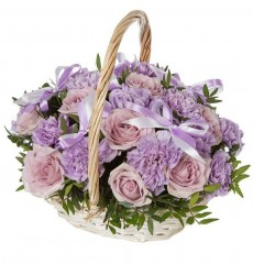 Корзина цветов с розами, хризантемами и зеленью «Лиловое небо»