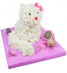Цветочная композиция из 30 белых кустовых хризантем и декора «Белая кошечка»