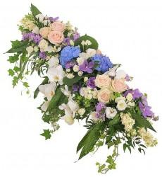 Цветочная композиция из орхидей, кустовых роз и роз Свит Аваланж  «Королевский сад»