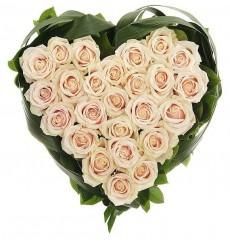 Цветочная композиция из 25 кремовых роз и зелени «Трогательное сердце»
