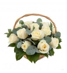 Корзина цветов с 15 белыми розами и эвкалиптом «Земной ангел»