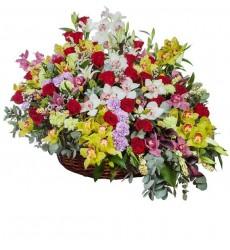 Корзина цветов с лилиями, гвоздиками, каллами и нежными цветами «Летний Париж»
