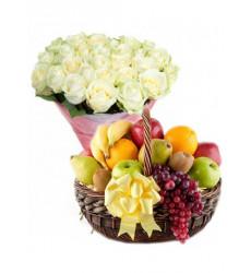 Подарочный набор букет из белых роз и корзина с фруктами  « Фиеста »