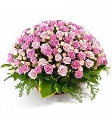 Корзина цветов с 101 розовой розой Аква и 30 кустовыми розами «Любовный аккорд»